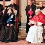 Иоанн Павел II во время встречи с Королевой Елизаветой II.