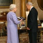 Шимон Перес и Королева Великобритании Елизавета II во время вручения ордена Святого Михаила и Святого Георгия