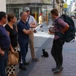 Французский турист путешествует со своим котом