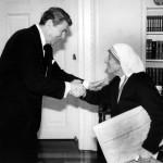 Мать Тереза во время встречи с Президентом США Рональдом Рейганом