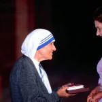 Мать Тереза на встрече с Королевой Елизаветой II