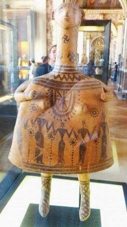 Микенская «кукла» бронзового века с изображением людей,  солярных знаков и свастики