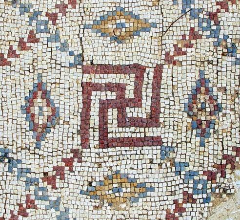 Мозаичная свастика в раскопанной византийской церкви в  Шавей-Ционе, Израиль