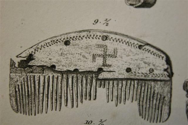 Костяной гребешок со свастикой, найденный в Nydam Mose, изображён  в книге XIX в. Nydam Mosefund. Территория Nydam Mose, также известная  как Nydam Bog, является местом археологических раскопок, расположенным  около Сённерборга, Дания. При раскопках найдено много экспонатов,  датируемых 200-400 гг. н. э.