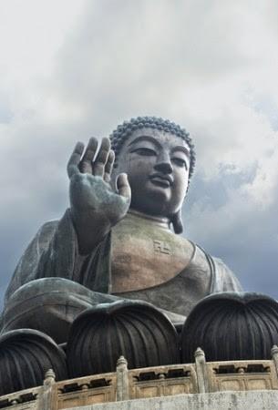 Статуя Будды с символом свастики на груди на острове Ланьтау, Гонконг.