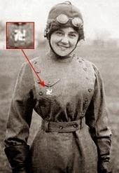 Пилот Матильда Мойзант (1878-1964 гг.) носила медальон со  свастикой в 1912 г.; символ был популярен среди ранних  авиаторов как приносящий удачу