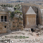 Гробница сынов Хезира (слева) и гробница Захарии (справа)