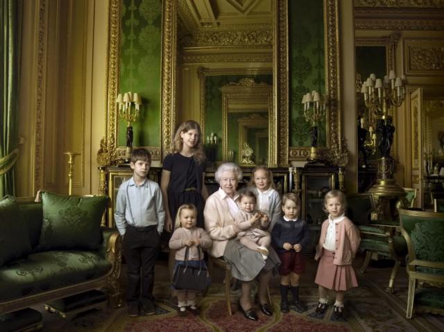 Ее Величество в своих покоях в окружении внуков и правнуков